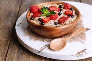 Porridge di avena con mandorle e frutta fresca