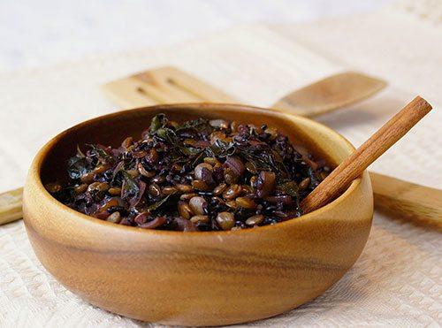 Riso venere e lenticchie e spinaci freschi