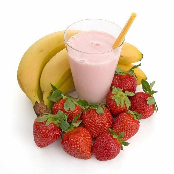 Frullato o smoothie banana e fragole