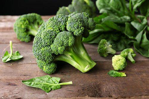 Broccoli su tavolo legno