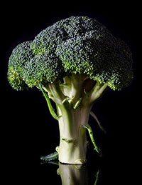 Broccolo su sfondo nero