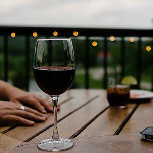 bicchiere di vino appoggiato su tavolino