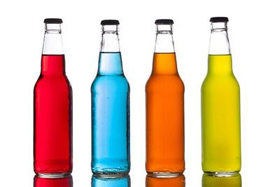 Bottiglie colorate di bibite zuccherate