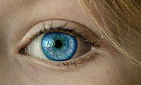 Occhio azzurro femminile in primo piano