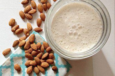 Come fare il latte di mandorle in casa - ricetta