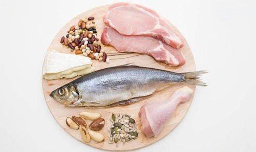Le proteine si trovano in carne, frutti di mare, latticini, uova e alcuni vegetali.