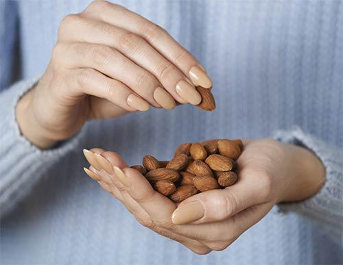 Quante proteine ci sono in 10 mandorle?