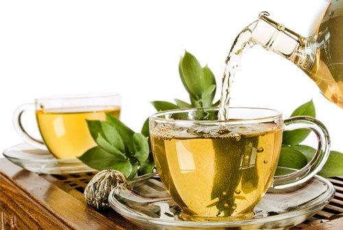 Anche il tè verde in bottiglia contiene caffeina, circa 15 mg in 500 ml.