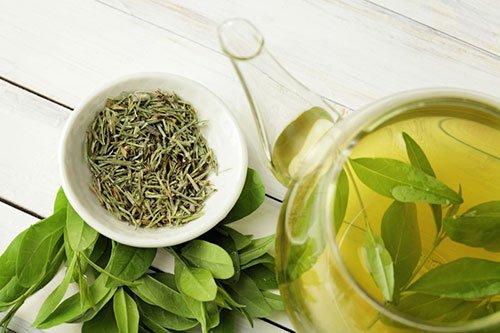 Teiera e tazza con tè verde