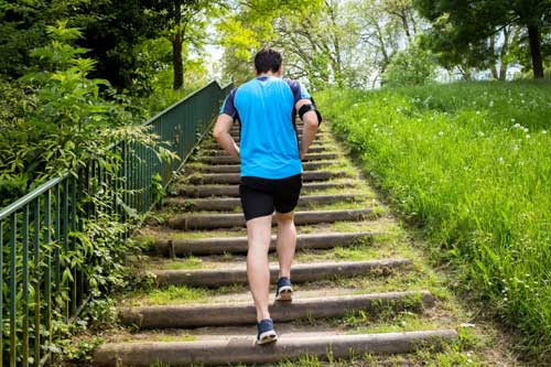 Correre o andare in bicicletta in salita permette di consumare un numero considerevole di calorie.