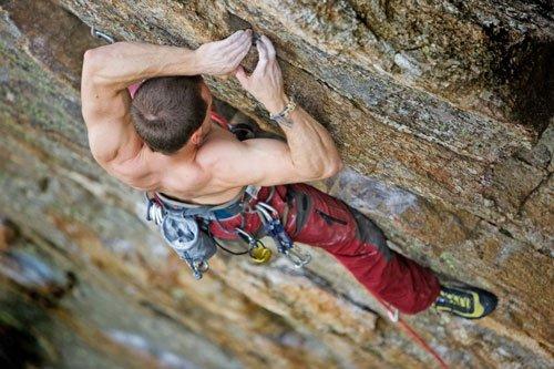 Eseguire il rock climbing o arrampicata fa bruciare circa 400 calorie ogni mezz'ora.