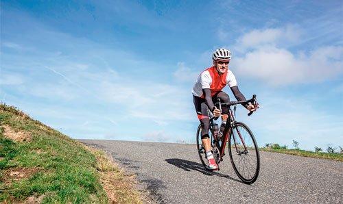 Fare ciclismoe andare in bicicletta molti giorni a settimana permette di bruciare tante calorie.