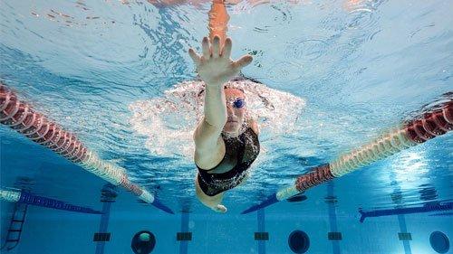 Nuotare permette di consumare dalle 300 alle 450 calorie ogni mezz'ora.