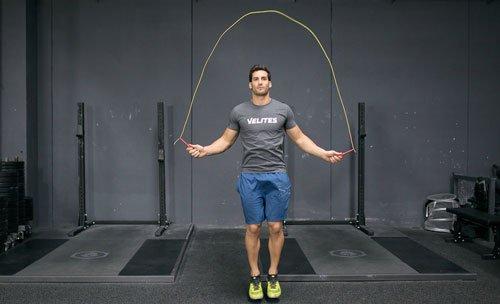 Saltare la corda è divertente e fa bruciare calorie.