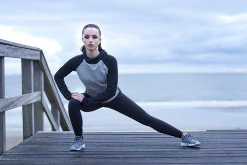 stretching laterale prima di correre