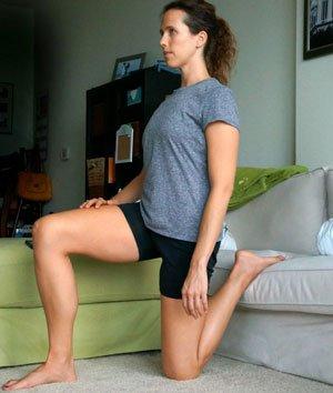 Stretching dei glutei usando il divano