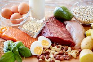 Proteine e carboidrati contengono ciascuno 4 calorie per grammo.