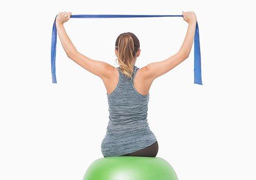 Lat pulldown con fitball e banda elastica