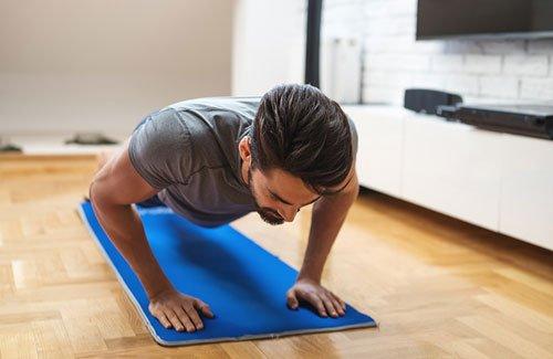 3 Facili Esercizi Da Fare A Casa Per Perdere Peso e Costruire Muscoli