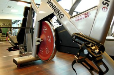 Spinning: Benefici dell'Indoor Cycling con Bici Stazionaria