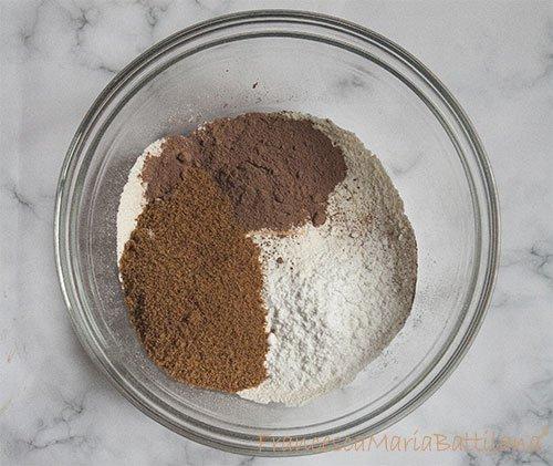 Ciotola con ingredienti per i biscotti al cioccolato
